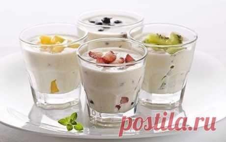 РЕЦЕПТЫ МОЛОЧНЫХ КОКТЕЙЛЕЙ В БЛЕНДЕРЕ  Коктейль Классический Взбейте в блендере 1 часть мороженого с двумя частями молока. Далее уже по своему настроению и вкусу добавляйте любые вкусности на свой выбор — шоколад, ягоды, сиропы, орешки, сгущенку и.т.д. Если коктейль получается жидким, то делайте пропорцию 1:1. Также коктейли украшайте по своей фантазии — стружкой из шоколада, из кокоса, орешков или цукатов.  Коктейль Ванильное небо Смешать в блендере молоко 100 мл, ванильн...