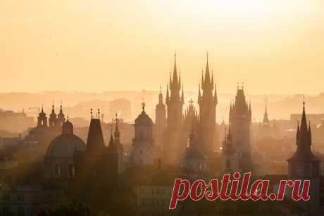 Утренние лучи над Прагой. Автор фото – Денис Полтораднев: nat-geo.ru/community/user/217307/.