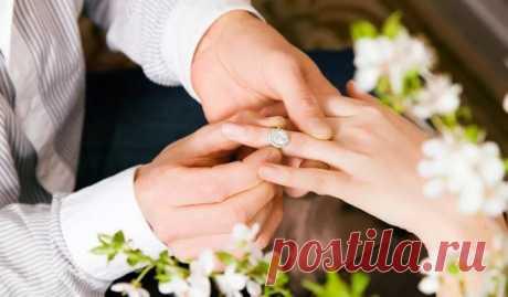 Новогодние ритуалы на любовь и замужество Новогодних гаданий на любовь очень много. Мы выбрали самые простые и проверенные поколениями женщин. Итак, узнаем, что ждёт Вас в любви в новом году.  Выйдете ли Вы замуж в новом году?  В первую очередь мы рассмотрим гадание на конкретного партнёра. Если у Вас уже есть избранник, Вы сможете узнать о том, будет ли свадьба в следующем году. Для этого возьмите два одинаковых стакана с чистой водой, в одном растворите ложку сахара, в другом — ложку соли.