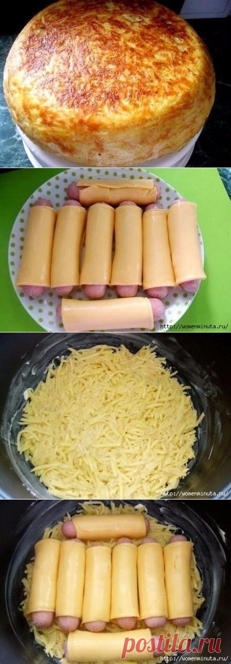 Картофельная запеканка с начинкой из сосисок в сыре..  =Картофель (вес очищенного) — 850 г Сосиски — 8 шт Сыр плавленный (порционный - у меня для чизбургеров) — 8 пластинок Мука — 3 ст. л. Яйцо — 2 шт Соль — по вкусу Приправа для картофеля — по вкусу Масло сливочное — для смазывания чаши Сметана — для подачи