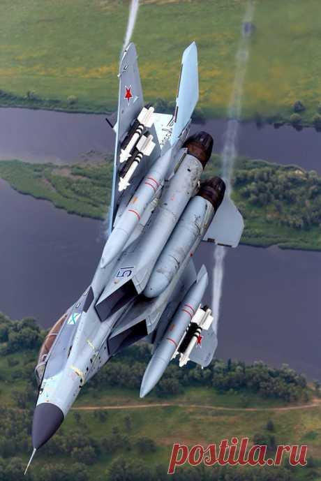 Истребитель МиГ-29КУБ морской авиации ВМФ России выполняет противоракетный маневр