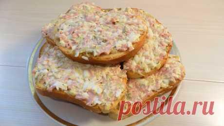 Бутерброды с яйцами сосисками и солеными огурцами Необходимые ингредиенты для приготовления бутербродов:Нарезной батон 1 штука Куриные яйца - 2 штуки Соленый огурец - 1 штука Куриные сосиски - 2 штуки Чеснок - 2 зубчика Черный молотый перец по вкусу Майонез для заправки начинки-----------------------