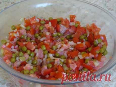 Салат «Амурский прибой»  Ингредиенты - 300 г соленой красной рыбы (филе) - 4-5 свежих помидоров средних размеров - 1 головка репчатого лука среднего размера - 1 банка зеленого горошка консервированного - 2-3 чайные ложки яблочного уксуса - молотый черный перец - щепотка сахара - 2-3 столовых ложки растительного масла - соль - зеленый лук