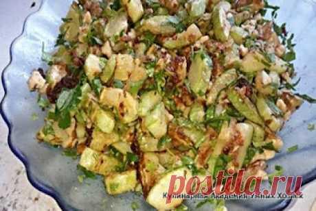 Салат с жареными кабачками, орехами и чесноком