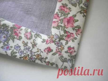 Обработка края однотонных салфеток в стиле кантри тканью в цветочек