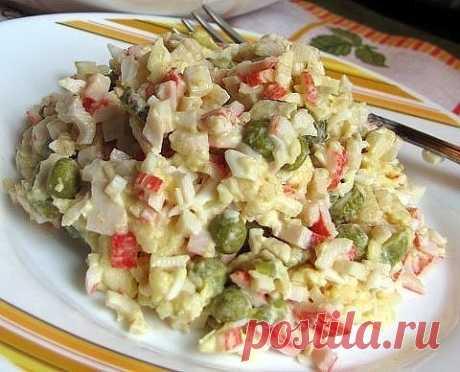 Салат «Лаура» Салат «Лаура» Очередной вкусный крабовый салатик. Ингредиенты: ●500 г охлажденных крабовых палочек ●4 отварных яйца ●1 банка зеленого горошка ●несколько