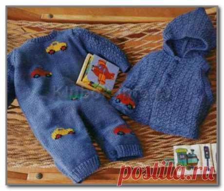 Вязание спицами детям. Комплект: комбинезон с вышивкой и жилет с капюшоном для мальчика 6-9 мес.