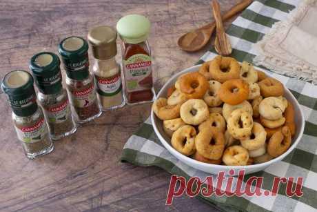 TARALLUCCI SALATI MILLEGUSTI | Fatto in casa da Benedetta I tarallucci salati millegusti, sono dei taralli fatti in casa friabili e saporiti, preparati con erbe e spezie che donano ai taralli un sapore e un profumo