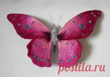 Реалистичные скульптуры в виде текстильных мотыльков и бабочек