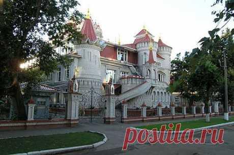 На фото школа в Йошкар-Оле… Но можно подумать, что это замок олигарха... Жена Сергея Мамаева является директором данной школы и это ее мечту он воплотил в жизнь.  Обыкновенное чудо в Йошкар-Оле. | ЖИЗНЬ НА ПЕНСИИ