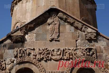 Աղթամարի Սուրբ Խաչ եկեղեցու բարձրաքանդակներից վերականգնումից հետո։ Միջնադարյան Հայաստանի քանդակագործությունը հիմնականում հայտնի է ճարտարապետական հուշարձանների պատկերաքանդակներով,կոթողներով,հուշասյուներով,«թևավոր» խաչերով, խաչքարերով և վաղ միջնադարում  հարթապատկերային,գծա-գրաֆիկական է։V դ սկզբին տեղական քանդակագործության ավանդույթները ներհյուսվել են Հայաստանի վաղ քրիստոնեական քանդակարվեստին:Կոթողներին ու հուշարձաններին քանդակվել են Հին և Նոր կտակարաններից սյուժեներ,սրբերի,Հիսուսի, Աստվածամոր