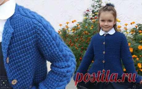 La blusa para el muchacho por los rayos con la goma en relieve