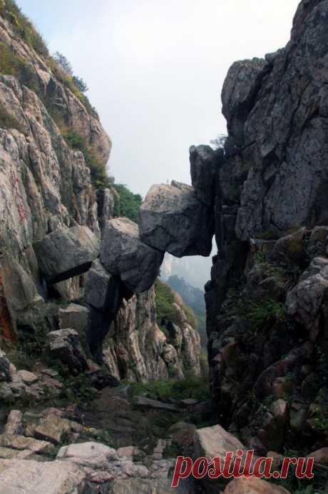 El puente creado kamnepadom en las montañas Encubre, China
