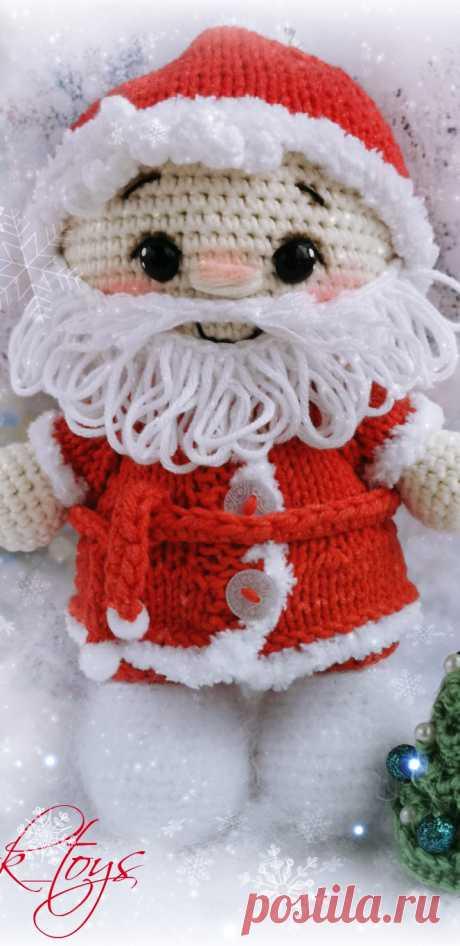PDF Пупс малыш в костюме Деда Мороза крючком. FREE crochet pattern; Аmigurumi doll patterns. Амигуруми схемы и описания на русском. Вязаные игрушки и поделки своими руками #amimore - Дед Мороз, Новый год, выкройки блузок новогодняя кукла, куколка.