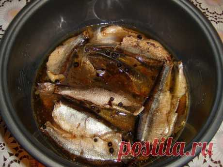 Здравствуйте,хочу в очередной раз предложить обалденный рецепт домашних шпрот в мультиварке.Готовлю часто,и съедаються за день. Выгодно и очень вкусно.!!!  1 кг шпротной свежемороженной кильки, 10 чайных пакетиков чёрного чая,или листового 5-6 ст.л. Вода 4 стакана (МВ) Соль,у меня 1 ст.л,без горки,специи(гвоздика,перец горошком чёрный и душистый.) Растительное масло.250 мл  Приготовление: 1.Залить заварку 3 стаканами(мв) кипятка и дать настояться. 2. Промываем рыбку,чистим...