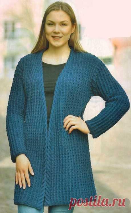 Синий кардиган спицами   Все-Вязание Вязаный темно-синий кардиган спицами - красивые рельефные узоры, оригинальный силуэт и джинсовый цвет привлекают внимание к этому удлиненному кардигану без застежек.