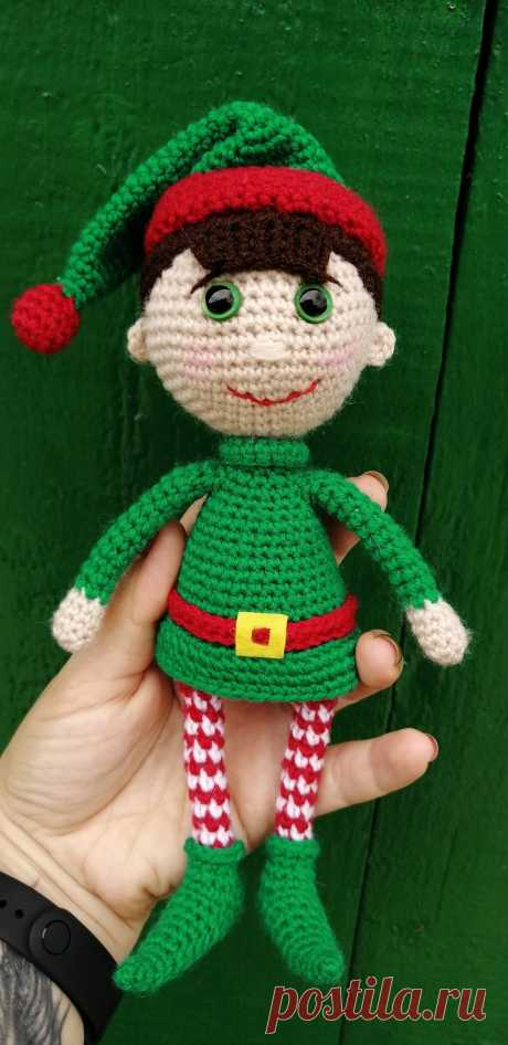 PDF Лэнни помощник Санты крючком. FREE crochet pattern; Аmigurumi doll patterns. Амигуруми схемы и описания на русском. Вязаные игрушки и поделки своими руками #amimore - Кукла, куколка, эльф.