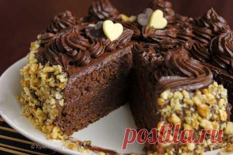 """Шоколадный торт по ГОСТу  Вообще то в книге А.Селезнева """"Советские торты и пирожные"""" этот рецепт называется """"Бисквитное пирожное с шоколадным кремом"""".Вкусный и простой шоколадный тортик. Масляный крем готовится с вареной сгущ…"""