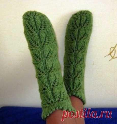 Ажурные носки (Вязание спицами) ОПИСАНИЕ: Вязание на 4-х спицах. Размер 38 вяжем 2 рисунка: в центре — листочки, а по краям — скрещенные 4 петли и между ними 3 изнан. Набрать 66 петель и распределить на 4 спицы. Вяжем…