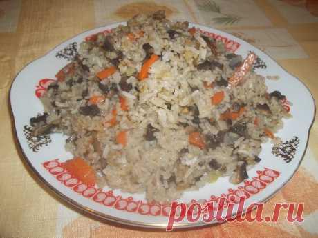Грибной плов.  Рис длиннозерный-1 стакан, свежие шампиньоны-6 штук, лук-1 головка, масло растительное-по вкусу, карри-по вкусу, лавровый лист-по вкусу, морковь-1 шт. #плов #грибнойплов #впост #постное #вегетарианское