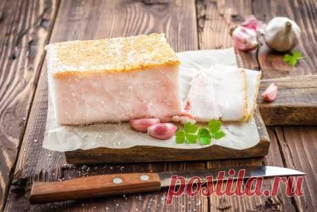 Соленое сало или грудинка Дешевле и вкуснее: блюда из мяса вместо колбасы Вы умеете солить сало? Если нет, то спросите самого старшего члена семьи — наверняка сразу же получите семейный рецепт. Сало можно солить в рассоле, можно отваривать, коптить. Но самый простой рецепт – сухой посол. Возьмите кусок сала или грудинки на шкурке равномерной толщины в 3-4 см. Смешайте в чашке 2 ст.л. крупной соли (морской или каменной), 1 ч.л. черного свежемолотого перца, посыпьте о