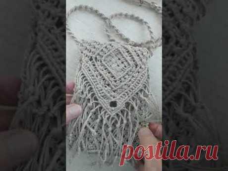 Макраме сумочка на телефон - YouTube Сумочка/чехол для телефона выполнена из нитей льна. Ширина -11 см, высота 16 см. Застёжка на бусинку, и такая же бусина на подвесном шнуре, который регулирует длину шнура.