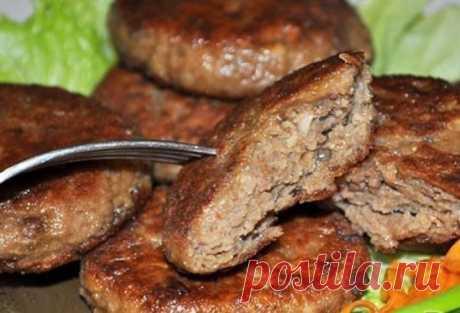 ПЕЧЁНОЧНО-КАРТОФЕЛЬНЫЕ КОТЛЕТЫ  Несложный рецепт бюджетного блюда. Особенно поможет, когда остался в холодильнике отварной картофель и есть немного печенки. Ингредиенты 500-600 г отварного картофеля 300 г печени – телячьей, говяжьей, свиной 1 луковица (70-80 г) 3-4 ст. ложки белых панировочных сухарей 2 дольки чеснока 1 яйцо 5-6 ст. ложек муки соль, перец 3-4 ст. ложки растительного масла Способ приготовления Картофель (вареный в мундире или без него) мелко натираем. Добавляем печенку, пропущенн