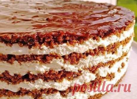 Торт из пряников Очень вкусный, сочный и нежный тортик, выпекать ничего не надо и готовится быстро. А пропитался у меня буквально за час. Нежный, тающий во рту, настоящее наслаждение! Если не знать, из чего приготовлен, ни за что не догадаетесь, что торт из обычных пряников! Попробуйте будете в восторге! Ингредиенты: 500 г свежих (потрогайте через пакет, чтобы были мягкие) шоколадных пряников, 4-5 шт. спелых бананов (по желанию) 900 г сметаны 20%, (желательно отвешенной) 1 стакан сахарной пуд