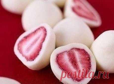 Конфеты с натуральной клубничкой  Рецепт крайне прост: клубнику нужно окунуть в густой йогурт и заморозить (можно в формочках для льда).