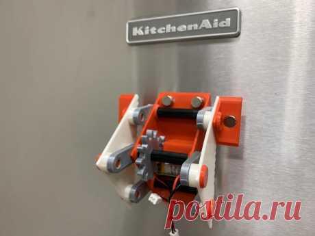 Робот шагающий по холодильнику Самое лучшее место для хранения магнитов - дверь холодильника. И очень хорошо, что никто еще не додумался сделать их деревянными или пластиковыми, иначе где бы запускал своего робота мастер-самодельщик?Давайте посмотрим демонстрационное видео с этим необычным механизмом.Для его изготовления нужны