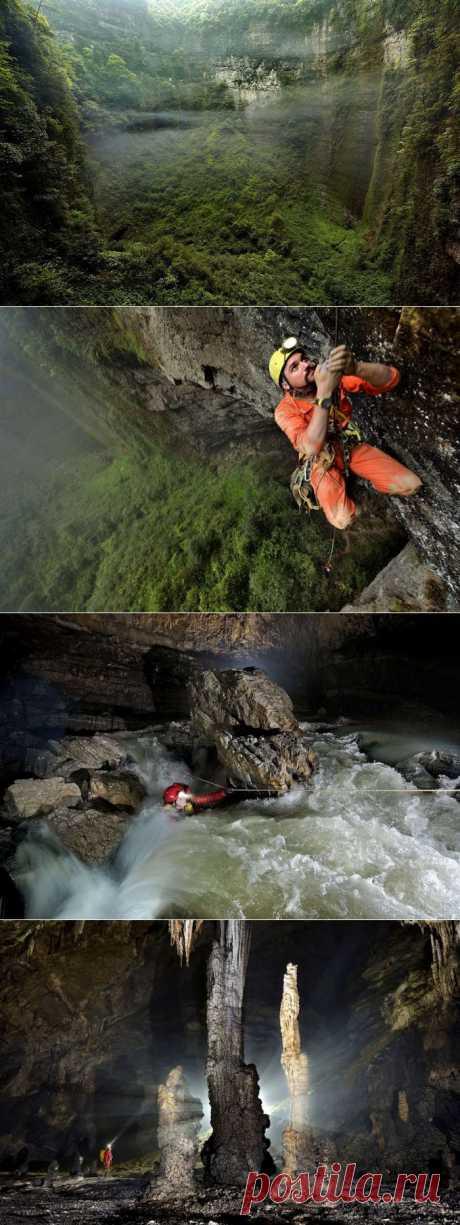 В китайской провинции Чунцин были обнаружены пещеры настолько огромные, что у них есть собственная погода с облаками и туманами, запертыми под землей, а у входа растут целые леса… Эта система невероятных пещер была обнаружена в китайской провинции Чунцин группой спелеологов и фотографов.