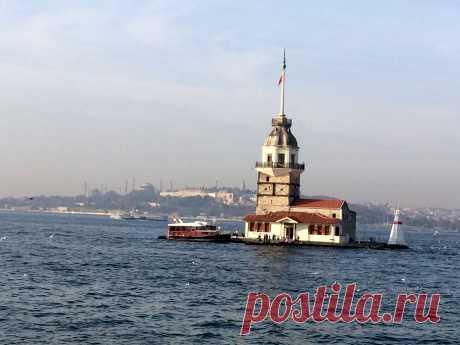 Девичья башня и вид на дворец Топкапы и мечети.