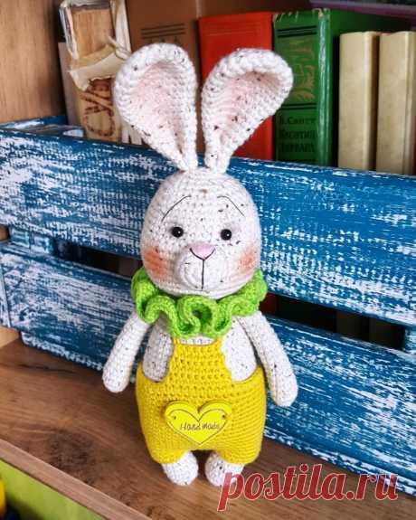 PDF Ушастый Зай крючком. FREE crochet pattern; Аmigurumi animal patterns. Амигуруми схемы и описания на русском. Вязаные игрушки и поделки своими руками #amimore - заяц, зайчик в комбинезоне, кролик, зайчонок, зайка, крольчонок.
