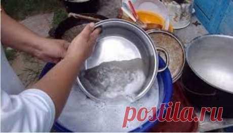 Чистка сковороды и кастрюль до идеального блеска - interesno.win Еще один отличный способ очистить противни или сковородки от нагара.Это очень простой...