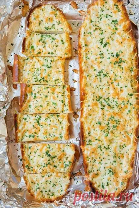 Что может быть прекрасней, чем кусочек хлеба, запеченного с сыром и чесноком! Идеально подходит он для макарон и супов. Если вы не любите слишком жирную