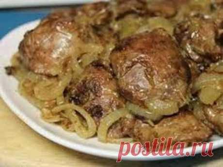 El hígado de gallina. ¡El hígado muy sabroso con la cebolla!