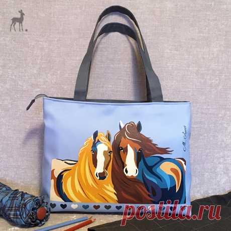 Модный тренд: изображение пары лошадей Вот такая яркая, необычная сумка получилась. Изделие издали привлекает внимание благодаря насыщенным, контрастным цветам и оригинальному изображению. #сумкаслошадьми #лошади #голубаясумка #модныесумки #сумкимосква