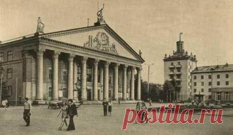 Hay una leyenda sobre aquel. Que en este edificio construido soviético zekami, un maestro de obras muy inteligente ha construido la broma óptica...\u000d\u000aDurante el comienzo de la demostración de las películas. A la derecha de la pantalla en la pared blanca había una imagen de la mujer desnuda que va (a la izquierda, a propósito, era la imagen del jefe de todos los pueblos tov. Stalin). El pueblo en vez de la pantalla miraba de hito en hito la pared. La pared han pintado primero, han quitado después el estuco, pero de nada ayudaba. La imagen de la mujer desnuda aparecía de nuevo y de nuevo. Llegaba a lo que a las sesiones no soltaban a los niños...