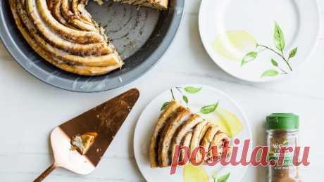 Большая булочка синнабон с корицей и лимонной глазурью