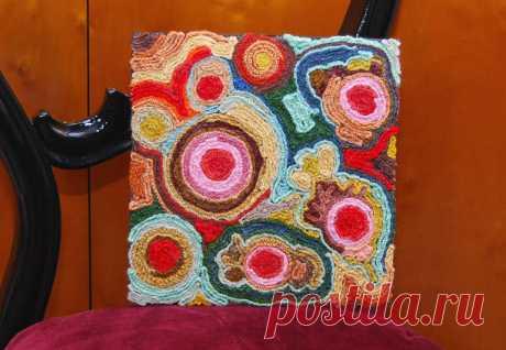 АРТ-картина из ниток - Эфария Люблю на стены вешать всякие картины и картинки, у меня дома их много-много. А вот такая, в стиле АРТ, очень удачно вписалась в интерьер детской комнаты. Делается легко и быстро, главноенабраться терпением для вязания крючком косичек. Будут нужны: — деревянная или картонная рама — старые джинсы — цветные нитки — клей ПВА — фантазия Первое,