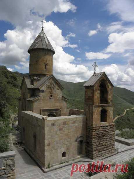 Սպիտակավոր Սբ. Աստվածածին եկեղեցու բակում է թաղված Գ.Նժդեհը:💗🙏🏻 Սպիտակավոր վանքը 1318- 1321 ներառում է Սուրբ Աստվածածին եկեղեցին, գավիթը և զանգակատունը: Սպիտակ սրբատաշ ֆելզիտ քարով է կառուցված վանքը,ինչի համար էլ ստացել է Սպիտակավոր անունը: Հիշատակվում է նաև Ծաղկավանք անունով:Սուրբ Աստվածածին եկեղեցին ունի աշխարհիկ և հոգևոր թեմաներով պատկերաքանդակներ: Մուտքի ճակատակալ քարին քանդակված է Աստվածածինը՝ մանուկ Հիսուսը գրկին: Ըստ պատերին պահպանված արձանագրությունների` համալիրի միակ Սբ Աստվածածին