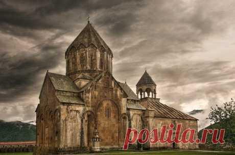 По народному преданию,монастырь получил свое название по имени горы,которую местные жители называли Гандзасар,из-за серебряных рудников в ней (по-армянски гандз–сокровище,сар–гора).Гандзасар впервые упоминается армянским католикосом Ананием Мокаци в середине X в.Новый,известный в настоящее время храм, построен князем Гасан-Джалал Дола «мужем благочестивым,богобоязненным и скромным, армянином по происхождению» на месте старого храма, упоминаемого в Х в.,и торжественно освящен 22 июля 1240 г.