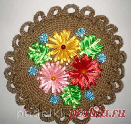 Еще одна конкурсная работа — вязаное панно с цветами из атласных лент