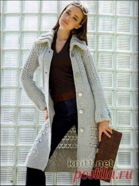 Серое пальто спицами Серое пальто спицами. Вязанное спицами пальто серого цвета. Модель связана крупным объемным узором. Это красивое стильное пальто в классическом стиле.