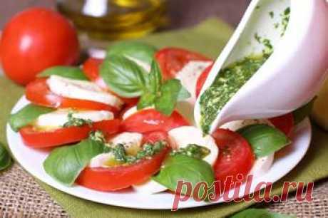 """Рецепт салата """"Капрезе"""" с ароматным соусом — MEGOCOOKER"""