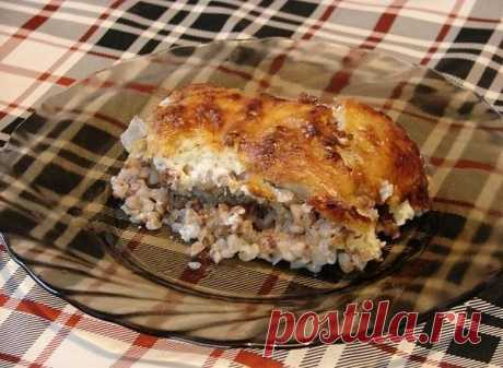 Курица, запеченная с гречкой  Крупа пропитывается соком мяса, получается гречневая каша божественного вкуса, особенно в сочетании с хмели-сунели, а сырная корочка, как фольга, сохраняет все полезные и питательные вещества внутри продукта.  Ингредиенты: - курица средних размеров - 2 стакана гречки - сыр - сметана - лук - чеснок - приправа хмели-сунели - соль -раст. масло 1 ст л  Два стакана тщательно промытой крупы укладываем на смазанный маслом противень. Сверху посыпать м...