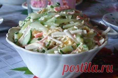 Простой крабовый салат с сыром сулугуни