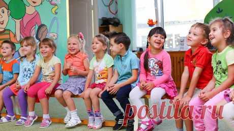 Первый поход в детский сад — событие ответственное и во многом нервное. Новое место, новые люди, новые привычки — все это может стать стрессом для малыша. Чтобы адаптация к садику прошла как можно комфортнее, начинать ее лучше заранее. Рассказываем, когда и как.