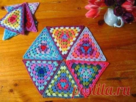 Цветные треугольники крючком Цветные треугольники крючкомЦветные треугольники крючком могут быть как собраны в какие-то вещи, так и использоваться отдельно.Например, как подставка под горячую чашку, которую легко стирать и которая добавляет уюта.