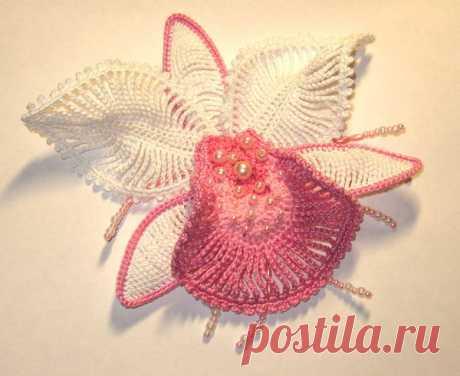 нежный и красивый - цветок орхидея от Пуси- полный мастер класс, вязание крючком Автор - ратибор1962 . Это цитата этого сообщения   Необходимые материалы : пряжа белая ( в моём случаее пиликан от вита), пряжа розовая трёх отенков ( у меня вся разная), крючёк потоньше, леска, кнопка, бусины или бисер. Эта информация для тех кто не знает, как вязать такие петли СТОЛБИК С…